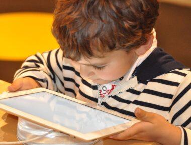 Junge schaut auf das Tablet.