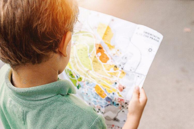 Kind liest Karte.