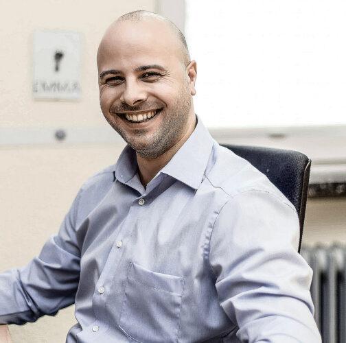 Martin Mucha am Schreibtisch