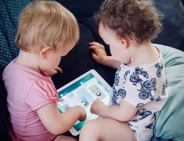 Kleine Kinder Spielen Am Tablet