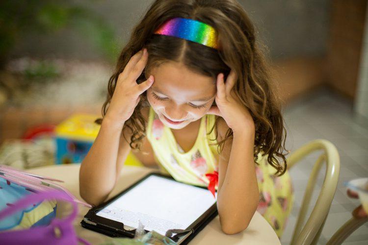 Mädchen Hängt über Tablet