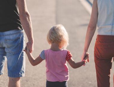 Vater Mutter Kind Handhalten