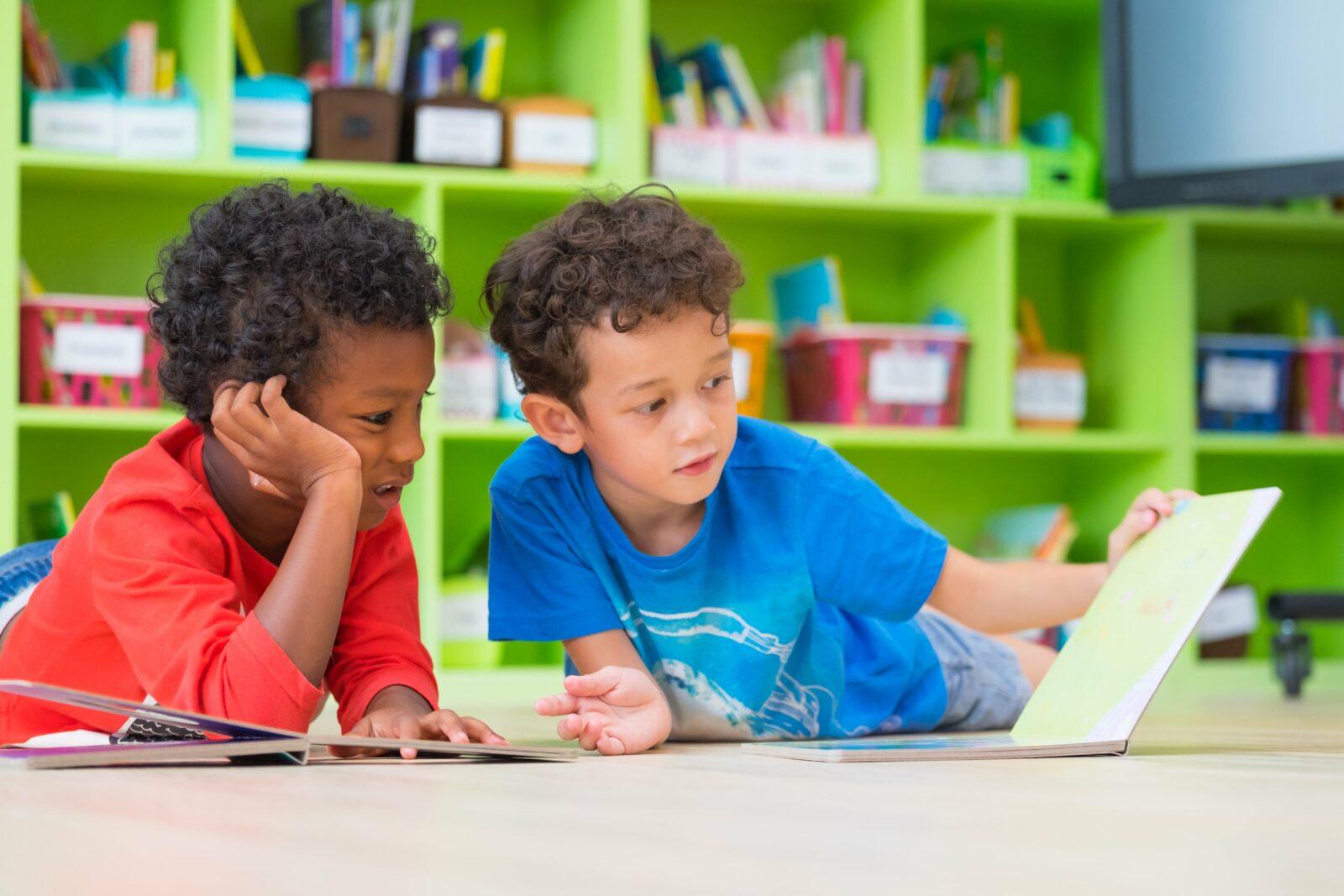 Zwei Kinder mit Buch