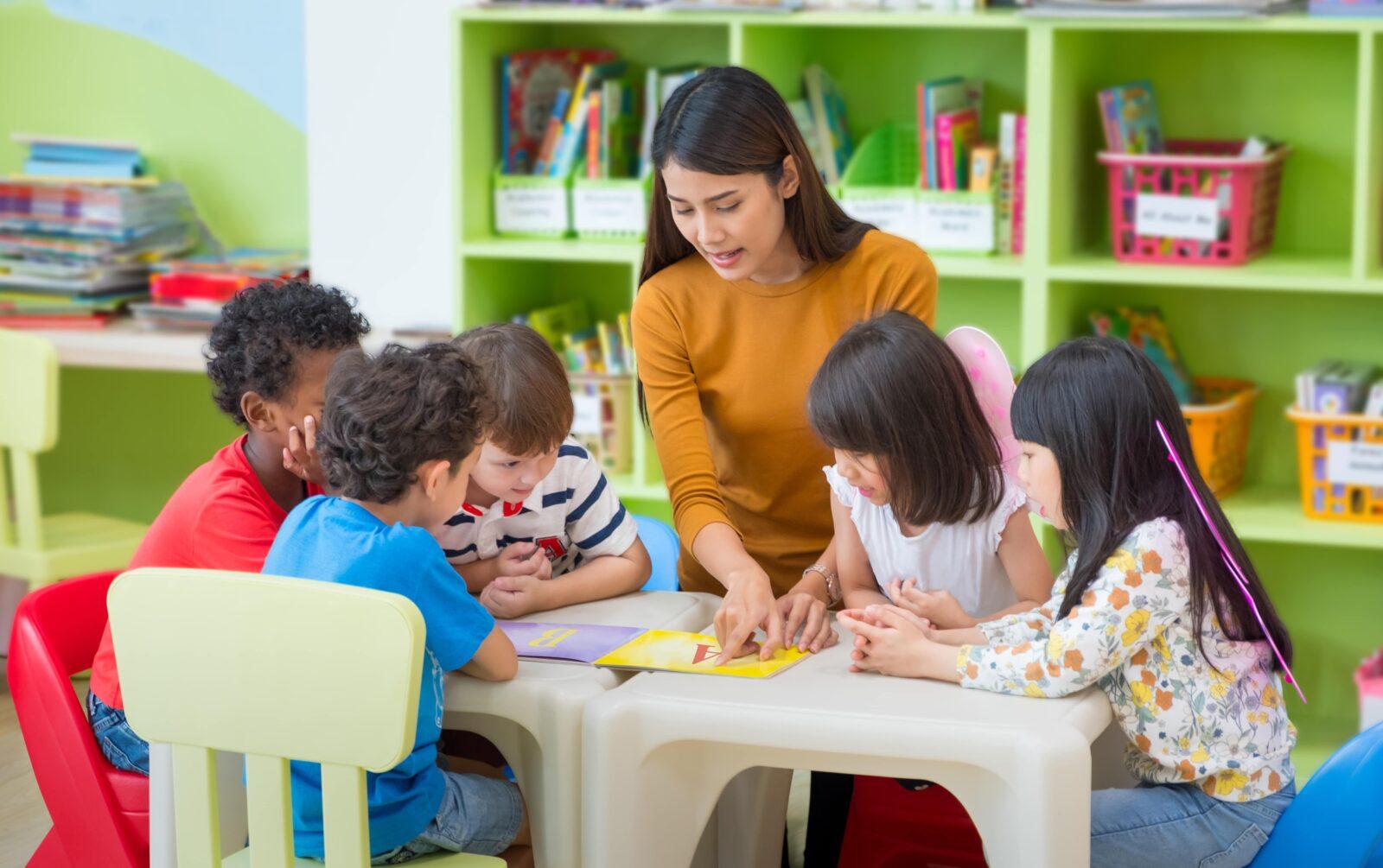 Erzieherin liest Kindern vor