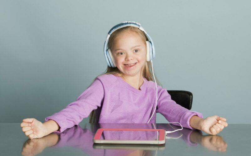 Kind mit Tablet und Kopfhörern