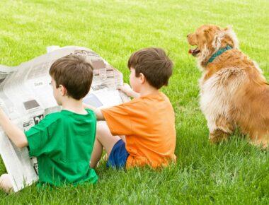 Zwei Kinder mit Zeitung